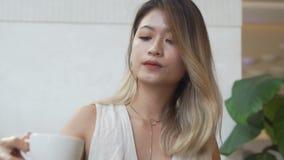 Mulher de negócios com café bebendo do smartphone vídeos de arquivo