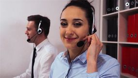 Mulher de negócios com chamadas de clientes de resposta dos auriculares video estoque