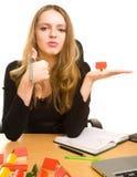Mulher de negócios com chaves e casa do brinquedo no escritório Fotos de Stock