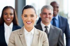 Mulher de negócios com colegas de trabalho Fotos de Stock Royalty Free