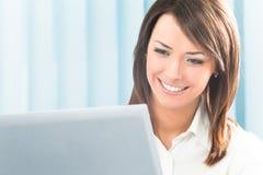 Mulher de negócios com computador Imagens de Stock Royalty Free