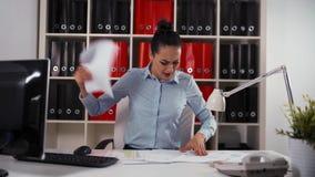 Mulher de negócios com expressão assustado e terrificada Nenhum tempo para trabalhar Apresse acima o conceito filme