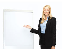 Mulher de negócios com flipchart no escritório Fotografia de Stock