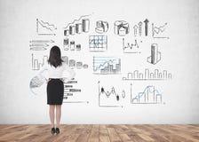 Mulher de negócios com mãos na cintura, infographic Foto de Stock Royalty Free