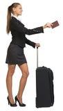 Mulher de negócios com mala de viagem e passaporte foto de stock