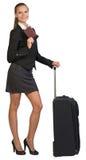 Mulher de negócios com mala de viagem e passaporte imagem de stock