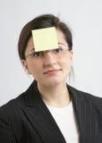 Mulher de negócios com nota amarela Fotografia de Stock Royalty Free
