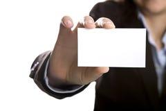 Mulher de negócios com o cartão da apresentação em branco Fotografia de Stock Royalty Free
