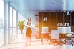 Mulher de negócios com o dobrador no escritório branco fotografia de stock royalty free