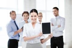 Mulher de negócios com o PC da tabuleta no escritório fotografia de stock