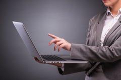 A mulher de negócios com o portátil no conceito do negócio Imagens de Stock