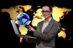 A mulher de negócios com o portátil no conceito do negócio global Foto de Stock