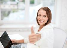 Mulher de negócios com o portátil no escritório Fotografia de Stock