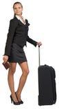 Mulher de negócios com o saco e o passaporte rodados do curso Foto de Stock