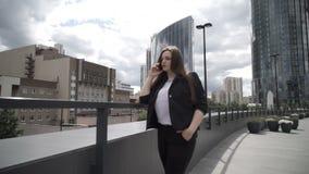 Mulher de negócios com o smartphone na rua video estoque