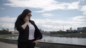 Mulher de negócios com o smartphone na rua vídeos de arquivo