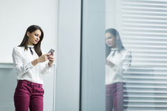 Mulher de negócios com o telefone Fotos de Stock