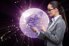 A mulher de negócios com o telefone no conceito do negócio global Foto de Stock Royalty Free