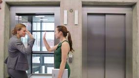 Mulher de negócios com outros empresários que incorporam um elevador