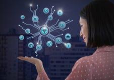 A mulher de negócios com a palma das mãos aberta e os vários ícones do negócio conectam Imagem de Stock