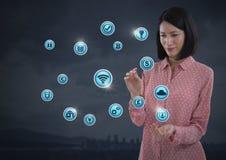 Mulher de negócios com a palma das mãos aberta e vários ícones do negócio Imagens de Stock Royalty Free