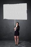 Mulher de negócios com papel vazio da brochura Fotos de Stock Royalty Free