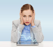 Mulher de negócios com PC da tabuleta e gráfico dos estrangeiros Fotografia de Stock Royalty Free