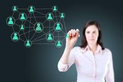 Mulher de negócios com a pena que tira a rede social ou a multi ilustração nivelada do conceito da conexão do mercado em um whiteb Imagem de Stock