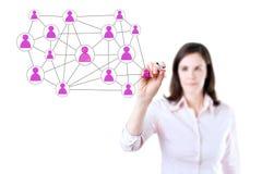 Mulher de negócios com a pena que tira a rede social ou a multi ilustração nivelada do conceito da conexão do mercado em um whiteb Imagens de Stock