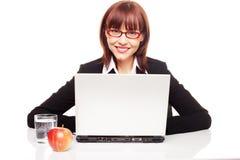 Mulher de negócios com petisco saudável Foto de Stock Royalty Free