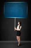 Mulher de negócios com placa azul Fotos de Stock Royalty Free