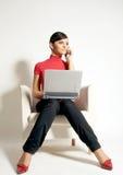 Mulher de negócios com portátil e telefone Fotografia de Stock