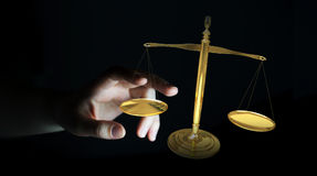 Mulher de negócios com rendição das escalas de peso 3D de justiça Fotos de Stock