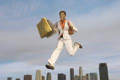 Mulher de negócios com sacos de compras Imagens de Stock