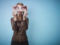 Mulher de negócios com ser vesgo-olhos grandes Fotos de Stock Royalty Free