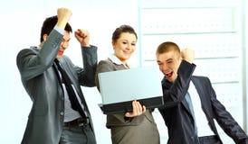 Mulher de negócios com seus colegas que usam o portátil Fotos de Stock Royalty Free