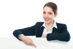 Mulher de negócios com sinal branco do quadro de avisos Foto de Stock Royalty Free