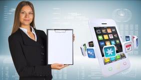 Mulher de negócios com smartphones e apps coloridos Imagens de Stock Royalty Free