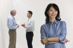 Mulher de negócios com sua equipe. imagens de stock