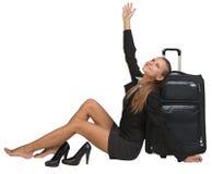 Mulher de negócios com suas sapatas fora do assento ao lado de Fotos de Stock Royalty Free