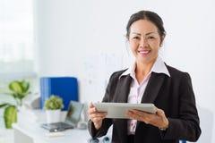 Mulher de negócios com tabuleta de Digitas Imagens de Stock Royalty Free