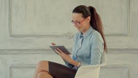 Mulher de negócios com tabuleta de Digitas Jovens seguros video estoque