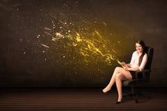 Mulher de negócios com tabuleta e explosão da energia no fundo Imagens de Stock