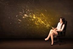 Mulher de negócios com tabuleta e explosão da energia no fundo Fotografia de Stock