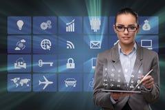 A mulher de negócios com a tabuleta no conceito do negócio Fotos de Stock Royalty Free