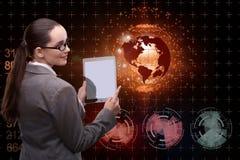 A mulher de negócios com a tabuleta no conceito do negócio global Fotos de Stock Royalty Free