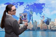 A mulher de negócios com a tabuleta no conceito do negócio global Foto de Stock Royalty Free