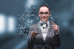 A mulher de negócios com a tabuleta no conceito do negócio global Imagens de Stock Royalty Free