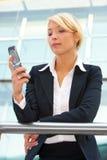 Mulher de negócios com telefone móvel Imagens de Stock