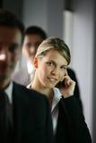 Mulher de negócios com telefone móvel Imagem de Stock